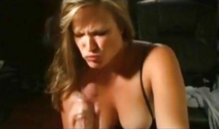 Une jeune lesbienne est tombée sur le lit voir extrait film porno et s'est léchée.