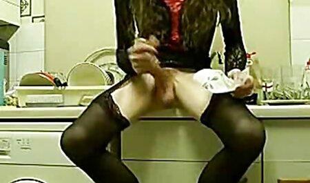 Une jolie fille en je voudrais regarder un film porno robe rose se masturbe devant un grand miroir.