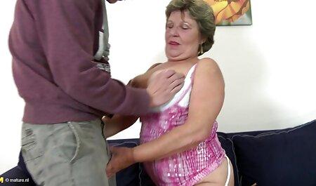 Un homme adulte qui baise une jeune blonde dans une robe avec voir du porno des roses et son chapeau.