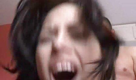 Hahal a pulvérisé le corps de la fille avec de l'huile et a regarder film de porno étendu ses lèvres avec ses mains.