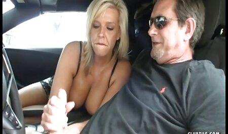 Une fille avec un tatouage suce toujours en même regarder film prono temps. les deux hommes.