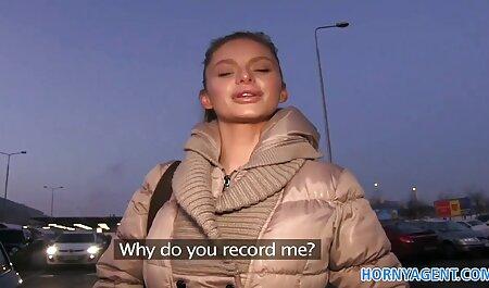 Maman aux visionner un film porno cheveux roux se masturbe pour webcam.