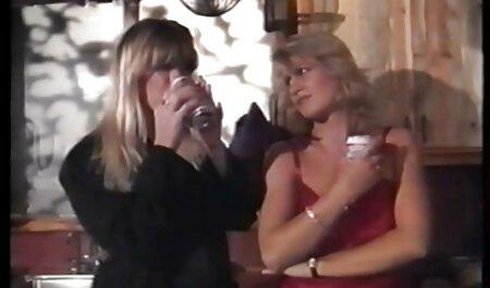 Une fille brune avec un pantalon de violet lit avec un homme noir pour voir filme porno un joli cadeau.