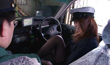 Jolie brune prend la bite de voir video porno en streaming son partenaire dans deux trous sur le lit.