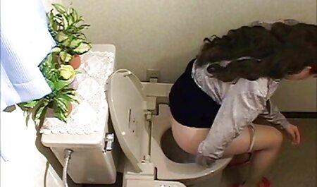 La jeune fille montre son vagin. voir filme porno