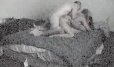 Latina Baisée regarde film porno Avec De Petits Seins