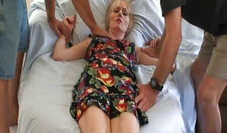 Une fille avec regarder films porno des lunettes de soleil Suce Une Bite un homme et prend du sperme dans sa bouche