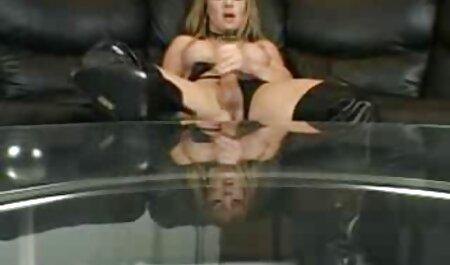 Brunette aux gros seins se masturbe dans la video porno gratuit a voir salle de bain