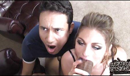 Fille-lécher voir une vidéo pornographique le pénis 803