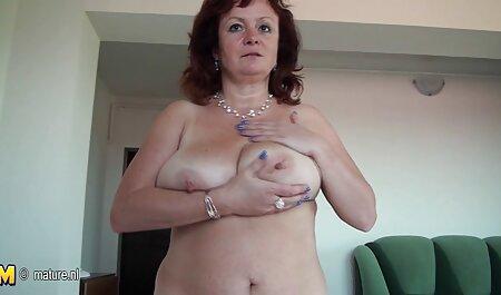 Maman voir du porno baisée en caoutchouc bite.