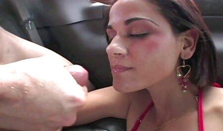 Horny mère quand il visionner film porno se masturbe.