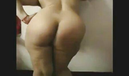 Une poupée en short hahal plaisir avec une pipe sur le lit après le voir les films porno collège