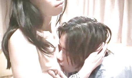 Une jeune femme en pull donne naissance à son petit ami avec sa bouche et vient voir filme porno à son visage.