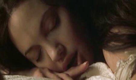 Baisée je voudrais voir un film x une belle femme dans le lit et est venu avec des seins