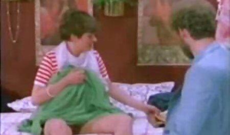 Belle brune enlève ses chaussures bleues regarder film de sex gratuit et sa culotte au lit avec une couverture rouge