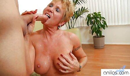 Brunette ferme sa bouche et suce des bites je veux voir un film porno sur la caméra.