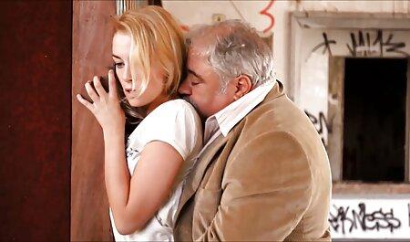 La brune montre des jambes minces en collants et un vagin Noir caressant avec sa main devant la webcam. voir film porno en francais