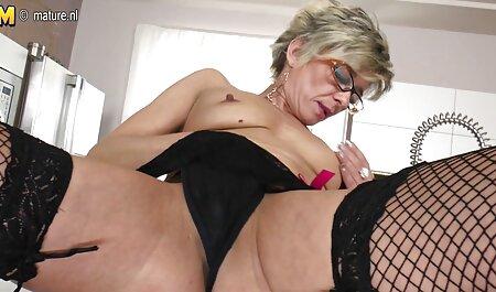 Deux lesbiennes je veux voir un film porno français massent les seins et injectent du lait.