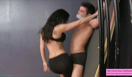 La jeune femme a des relations sexuelles orales sur un téléphone portable avec un appareil regarder film de sex gratuit photo.