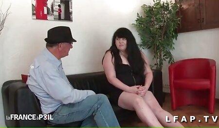 Femme xxx video regarder sucer le pénis dans la salle de bain