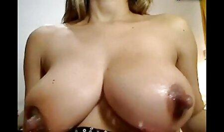 Laver la poitrine voir un bon film porno d'une fille